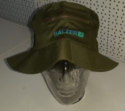 Angelhut Balzer mit Reißverschlusstasche. Logo. Farbe: grün