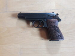Walther PP 7,65 mit Holzgriffschalen und Holster